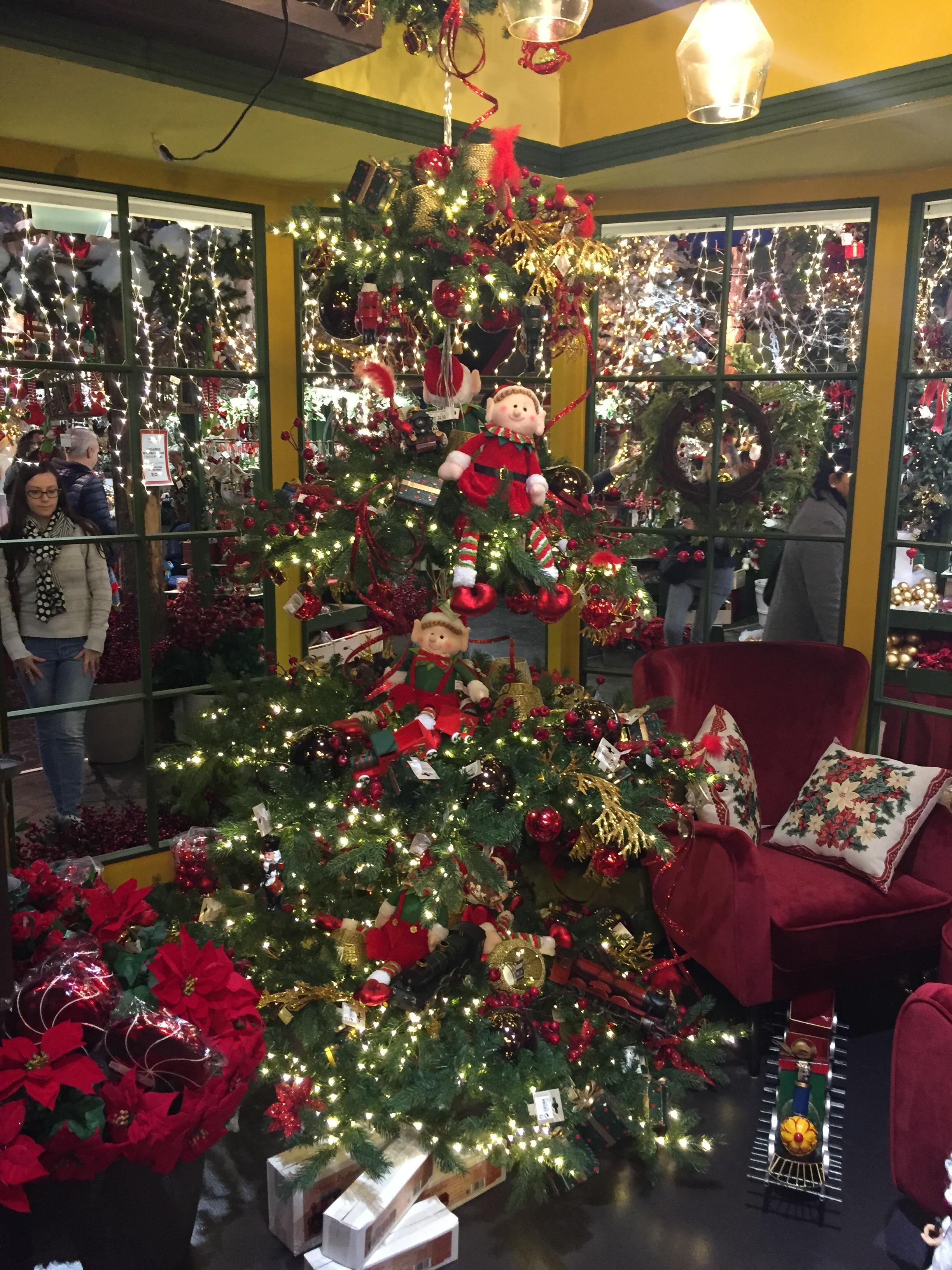 Palline Di Natale Con Rametti natale. alberi con pupazzi e il rosa, i decori fra allegri
