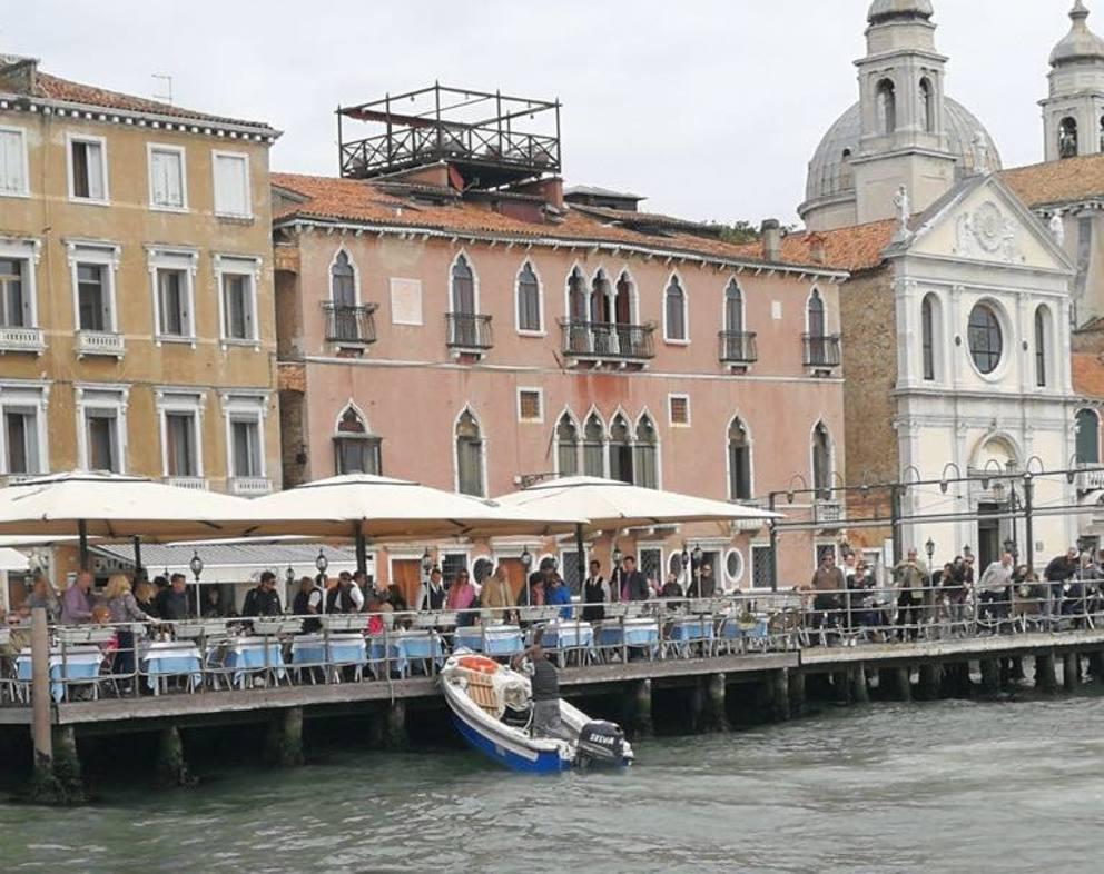 Venezia, barchino finisce contro la terrazza di un ristorante ...
