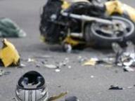 In auto taglia la strada a una moto, morta la donna in sella. Probabile omicidio stradale