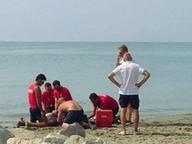 «Muore» in spiaggia: nove scariche e il cuore riparte