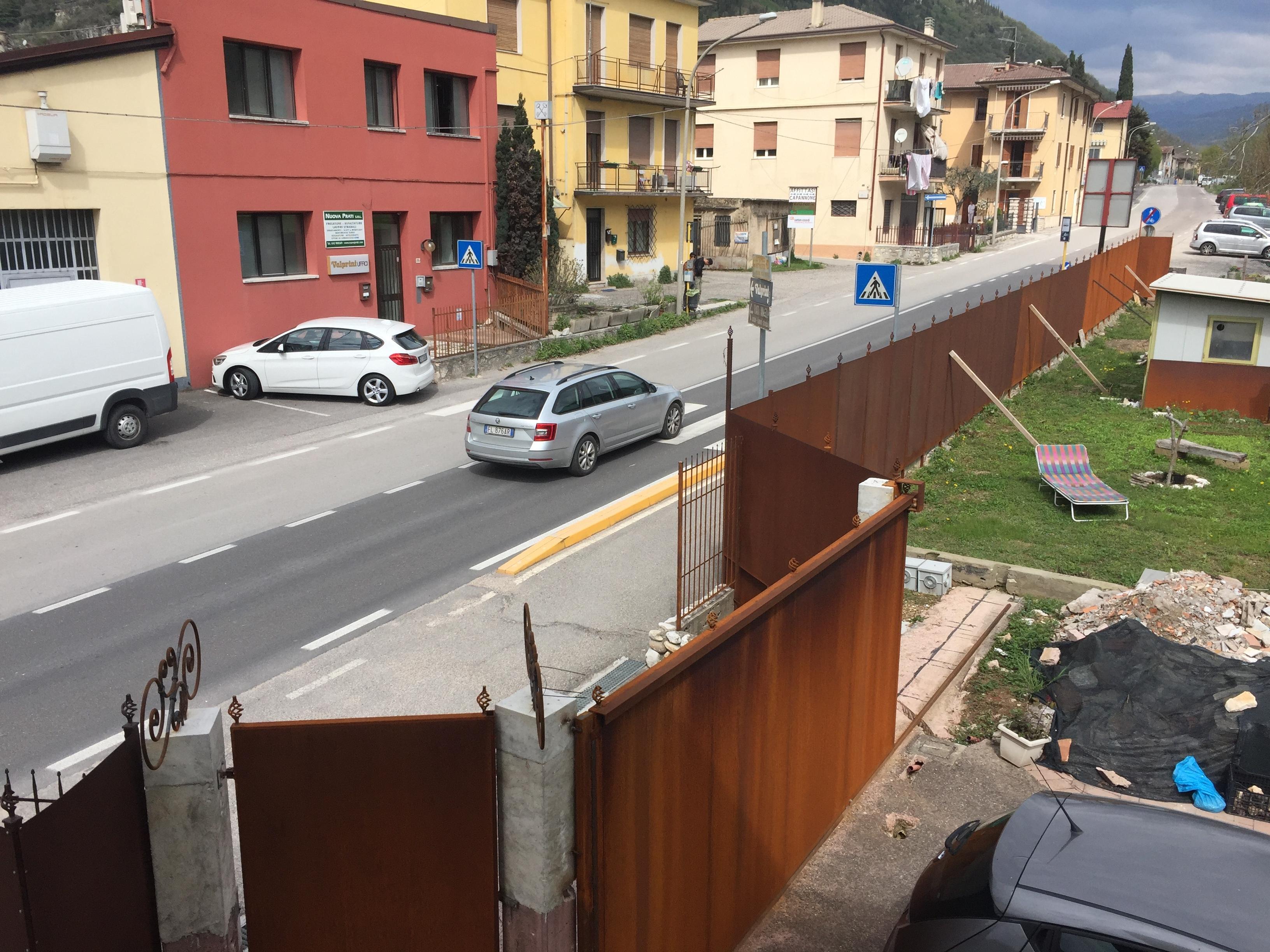 Il muro eretto a Grezzana da Angelo e Andrea