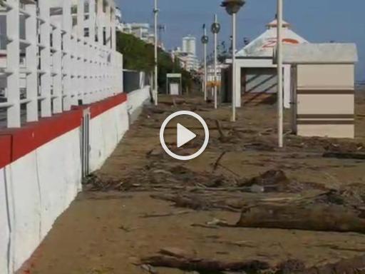 Maltempo, gli effetti della mareggiata a Jesolo - Corriere della Sera